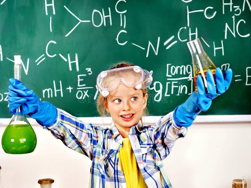 Ребенок в классе химии. стоковое изображение