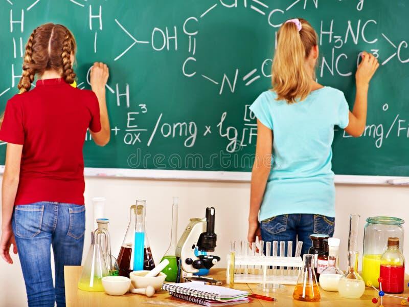 Ребенок в классе химии стоковое изображение rf