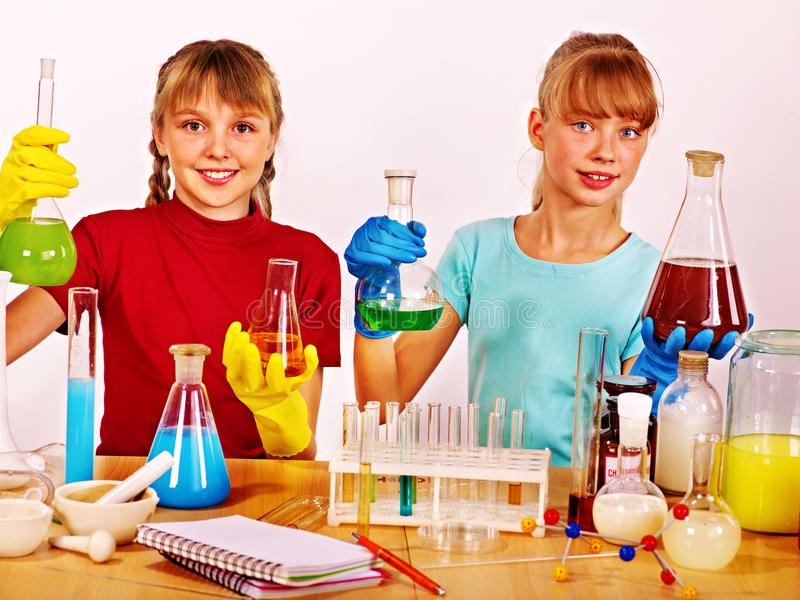 Ребенок в классе химии стоковые фотографии rf