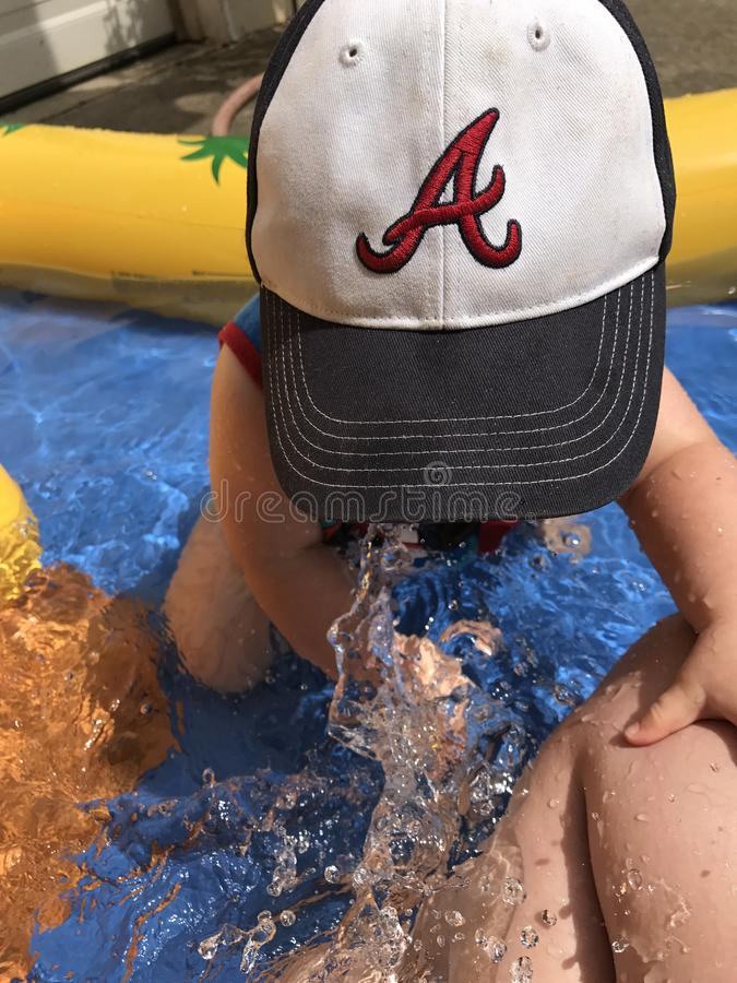 Ребенок в малом открытом бассейне стоковые фото