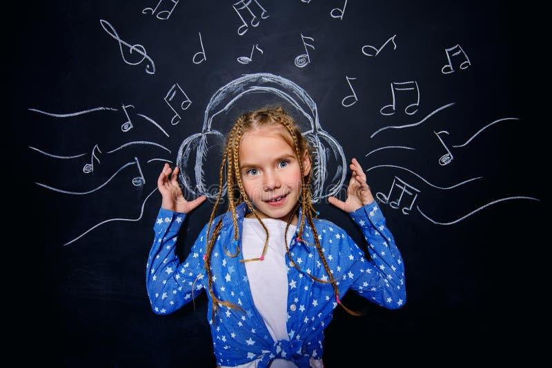 Ребенок в наушниках стоковое фото