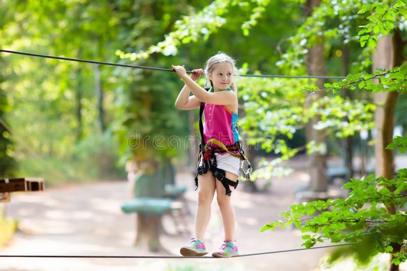 Ребенок в парке приключения Дети взбираясь след веревочки стоковые изображения rf