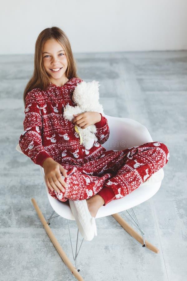 Ребенок в пижамах зимы стоковое изображение