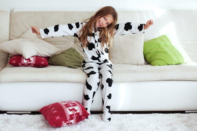 Ребенок в пижамах печати коровы стоковые изображения rf