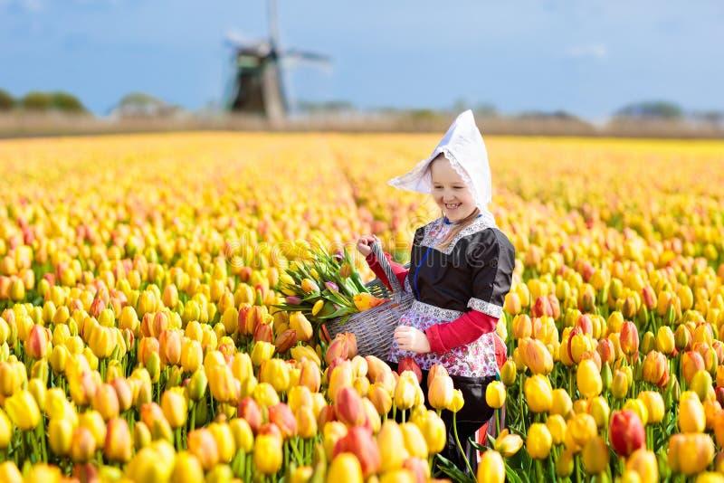 Ребенок в поле цветка тюльпана ветрянка Голландии стоковые изображения rf