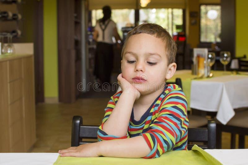 Ребенок в ресторане стоковое фото rf