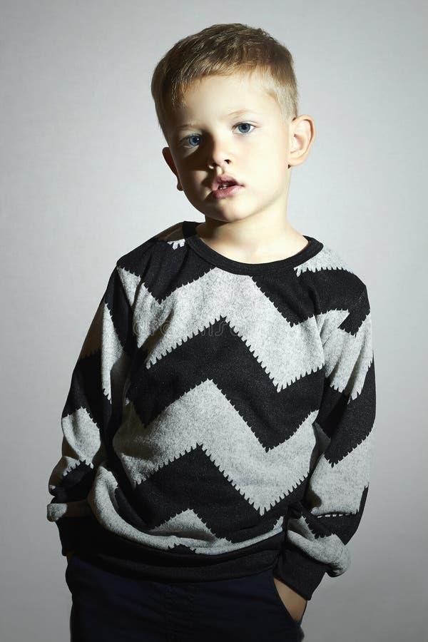 Ребенок в свитере тенденция детей мальчик немногая взволнованность Модные малыши стоковая фотография rf