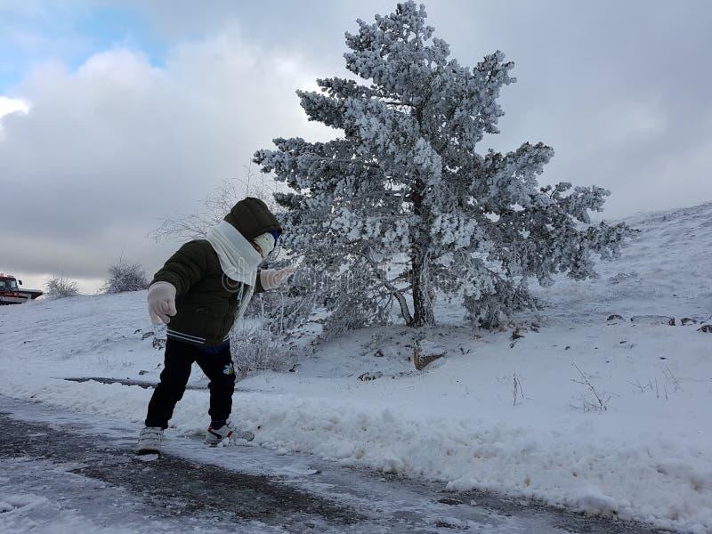 Ребенок в снеге стоковое фото rf