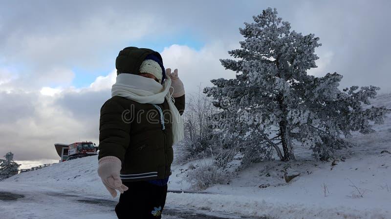 Ребенок в снеге стоковые фотографии rf
