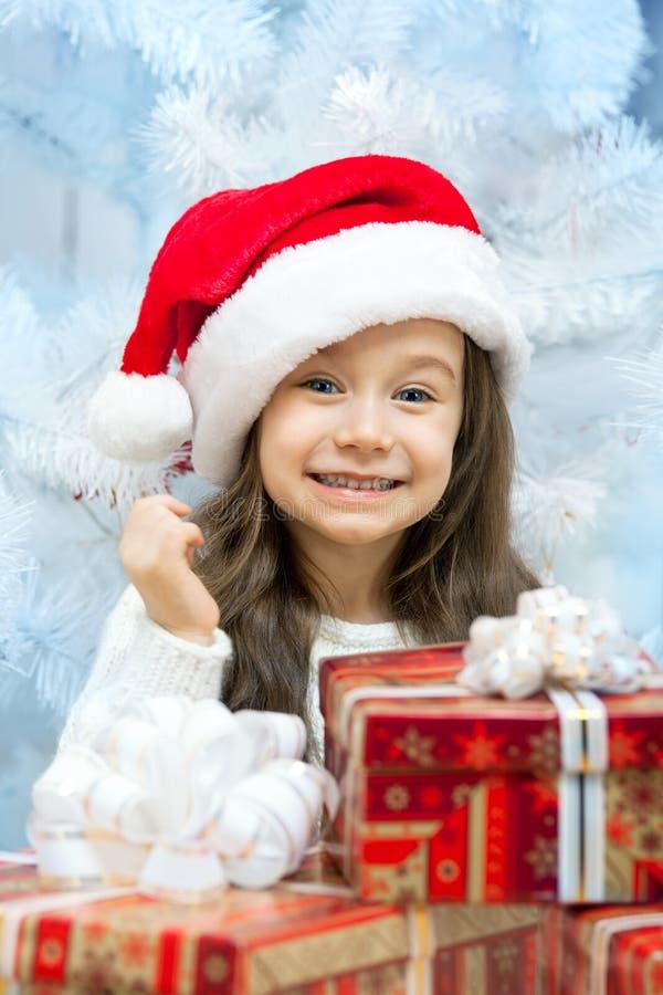 Ребенок в шляпе Санты с подарочной коробкой. стоковое фото rf