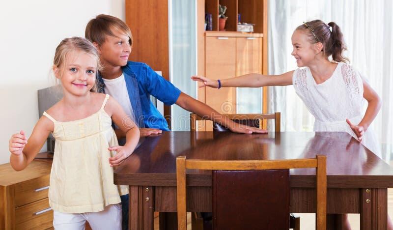 Ребенок гоня другие детей для того чтобы маркировать или касаться их стоковые изображения