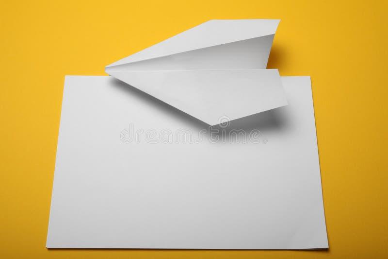 Ребенок делает самолет бумаги r стоковые изображения rf