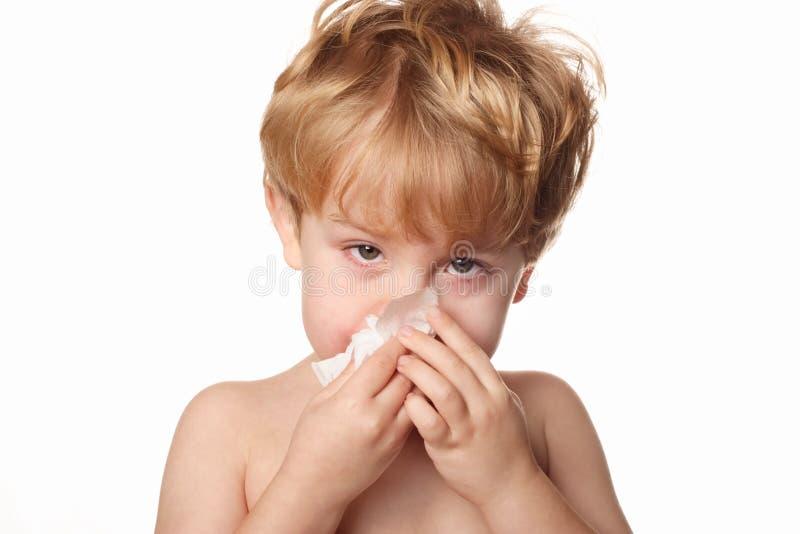 ребенок его обтирать носа больной стоковое изображение rf