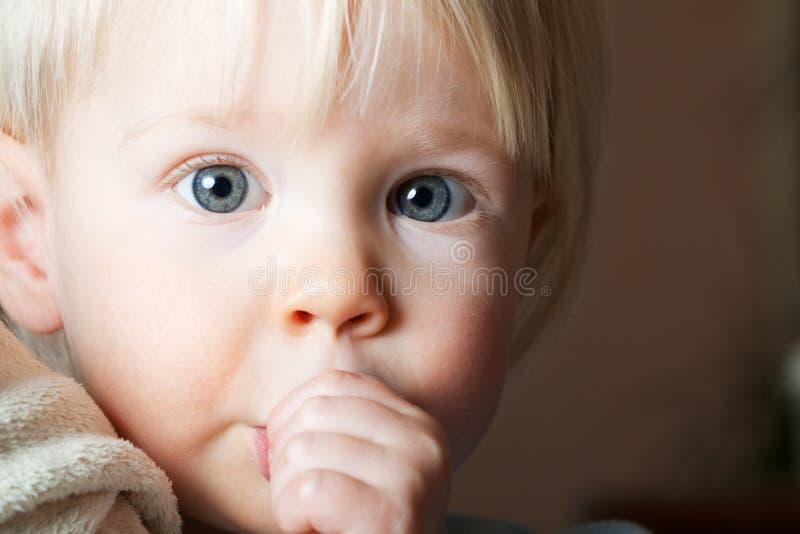 ребенок ее всасывая детеныши большого пальца руки стоковое изображение rf