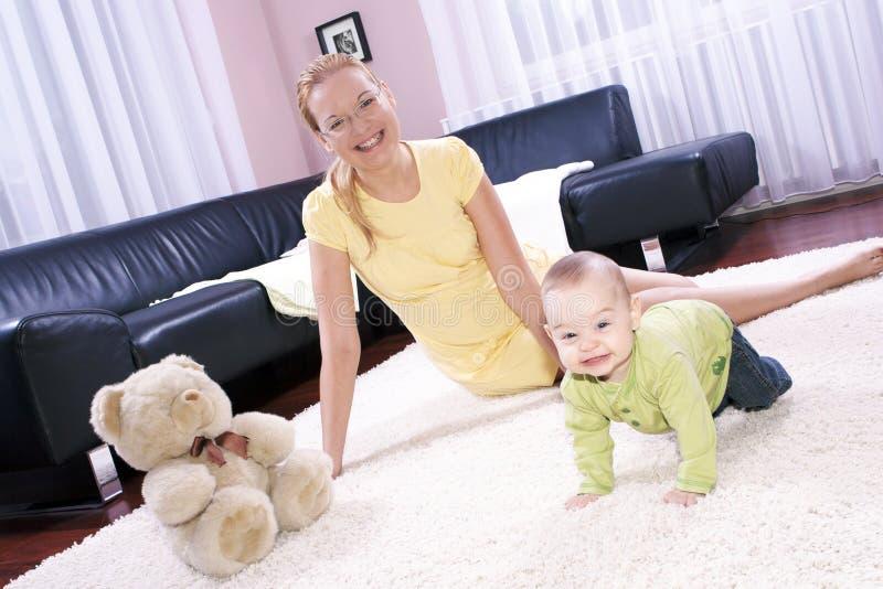 ребенок ее мать играя детенышей стоковая фотография rf
