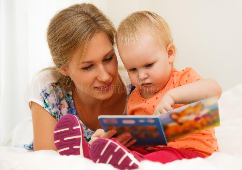 ребенок ее мать стоковое фото rf