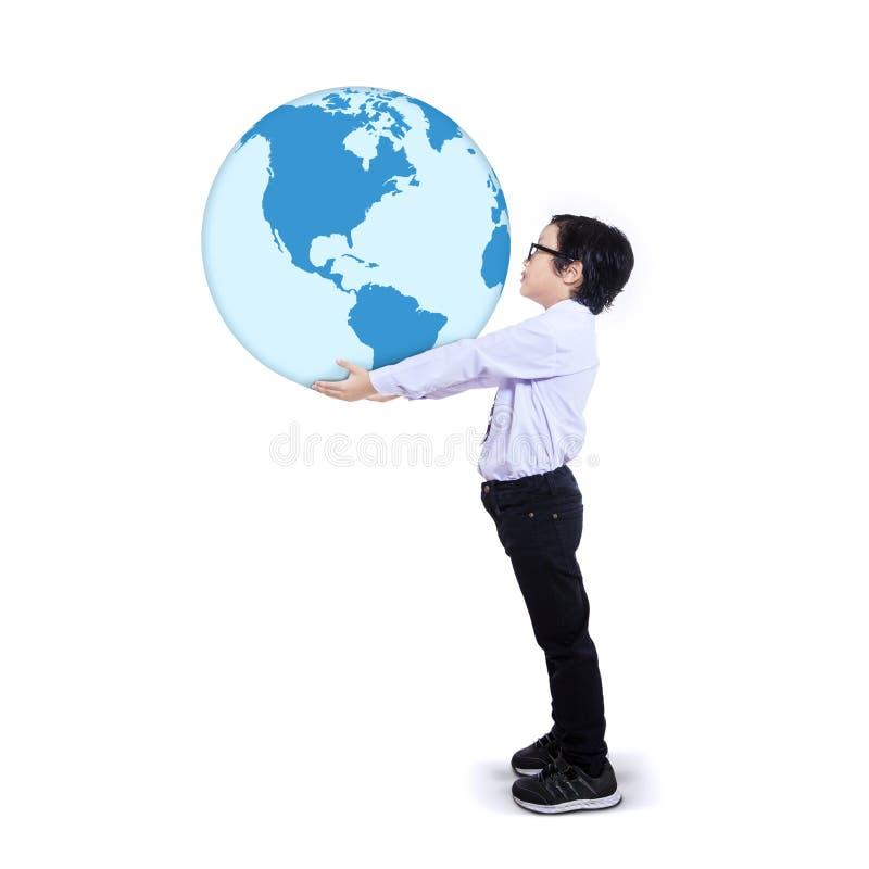 Ребенок держа землю стоковая фотография rf
