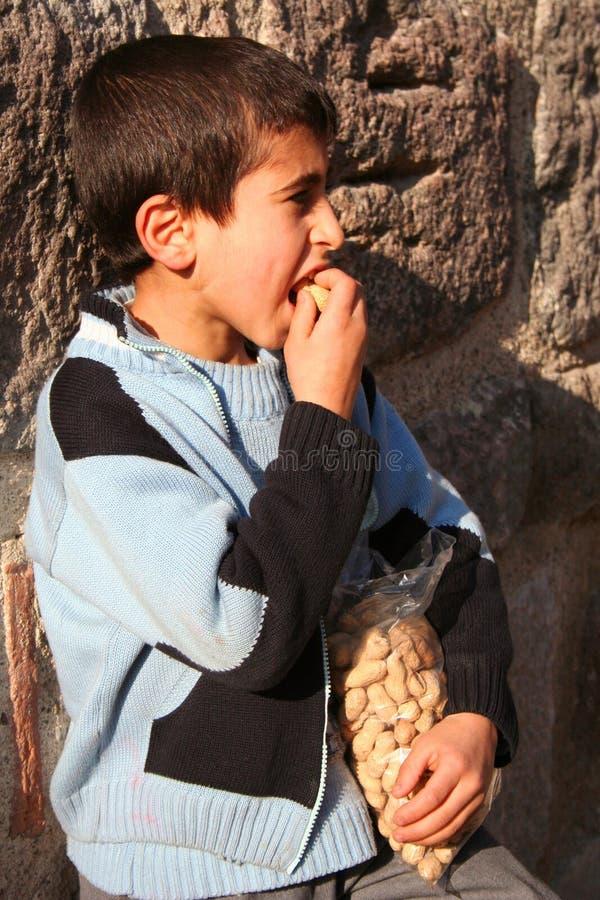 ребенок есть арахисы стоковые изображения