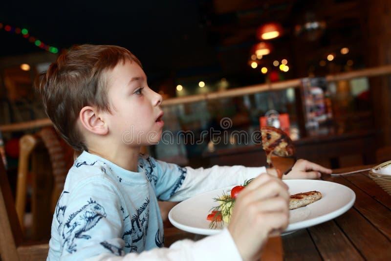 Ребенок есть котлету стоковые фотографии rf