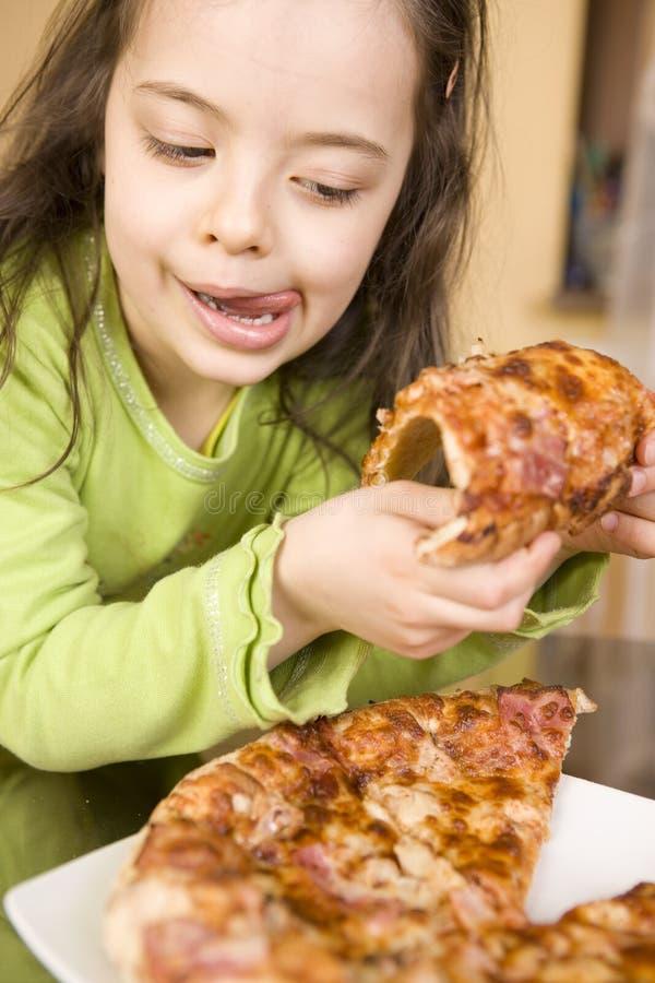 ребенок есть пиццу стоковое изображение rf