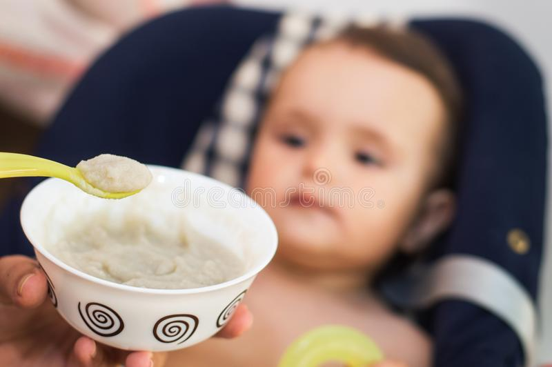 Ребенок ест детское питание стоковое изображение rf