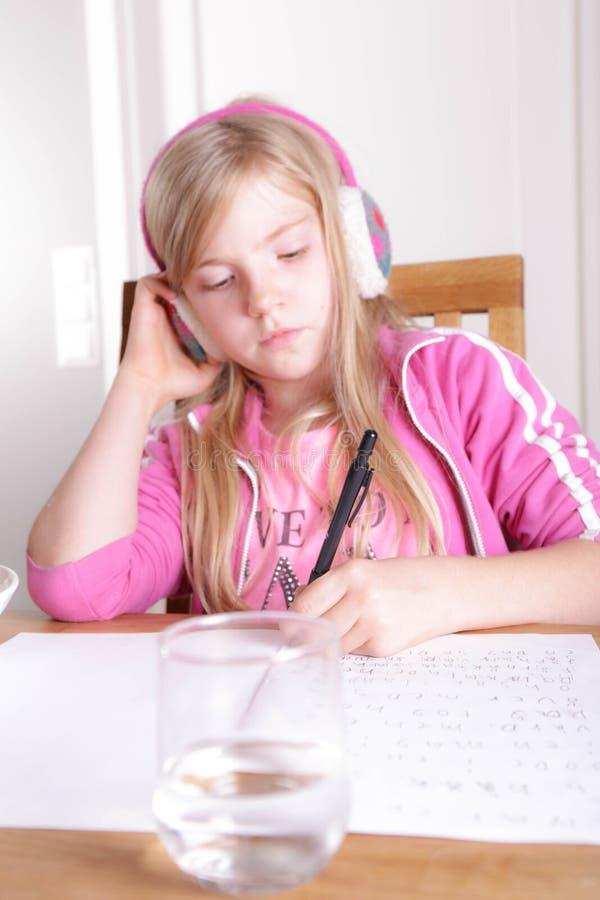 Ребенок делая ее домашнюю работу стоковые изображения