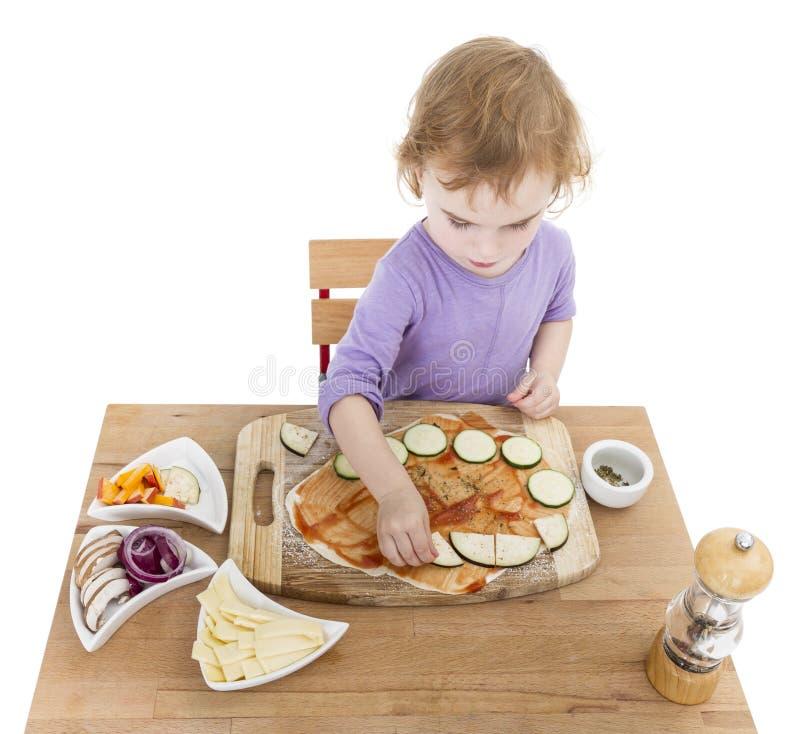 Ребенок делая свежую пиццу стоковые изображения rf