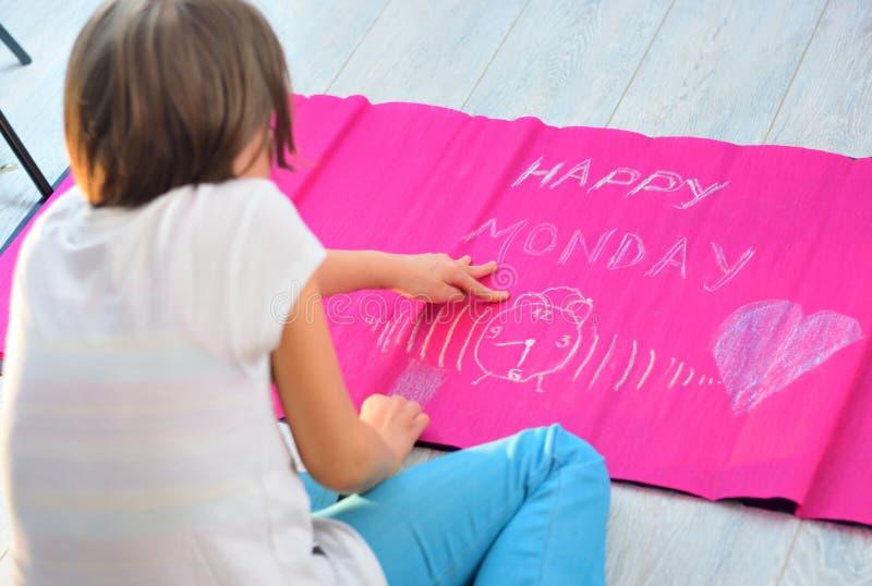 Ребенок делая счастливое знамя понедельника стоковое изображение