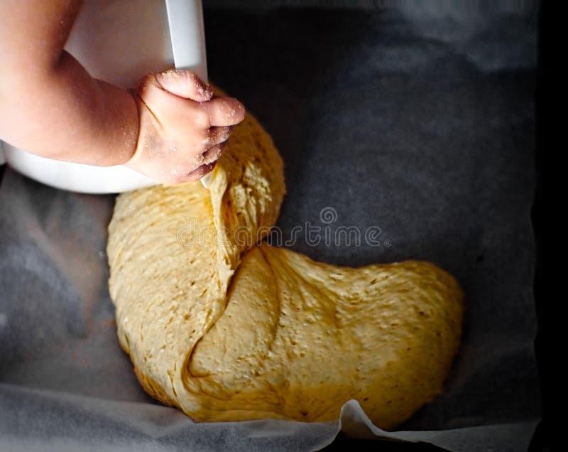 Ребенок делая тесто стоковое изображение rf