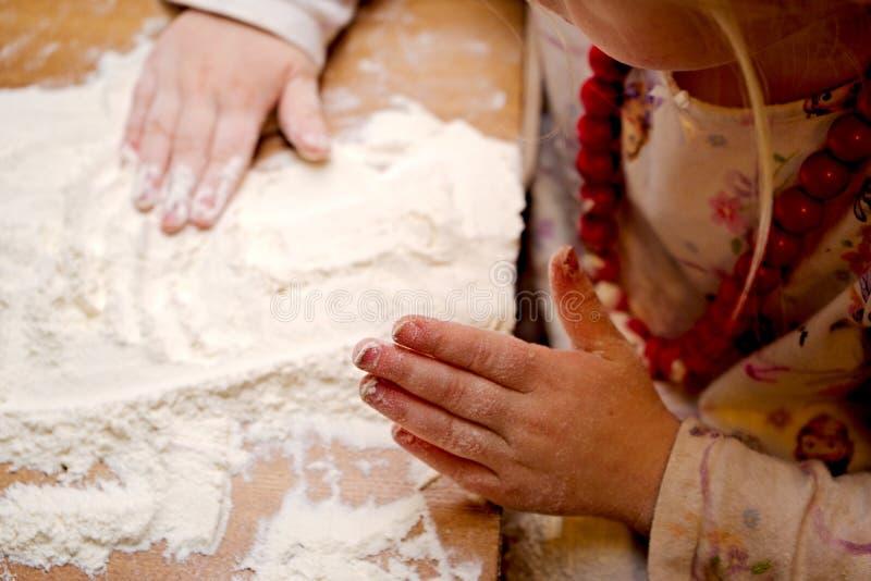 Ребенок делая тесто стоковое фото