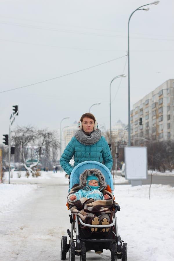 Ребенок женщины вне снега льда зимы парка стоковые фото