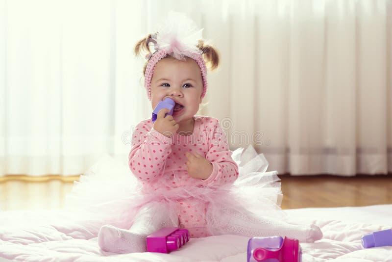 Ребенок жуя блоки игрушки стоковая фотография rf