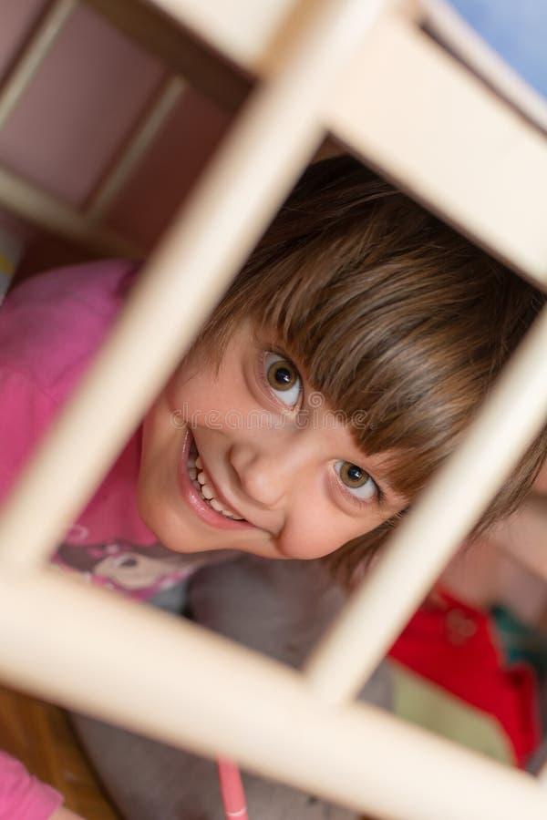 Ребенок за решеткой шпаргалки стоковое изображение rf
