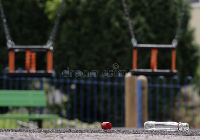 ребенок зоны выпивая около игры s несовершеннолетней стоковые фото
