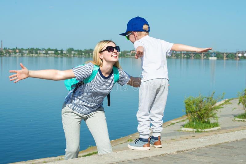 Ребенок играет с его матерью Идти вдоль обваловки стоковое изображение
