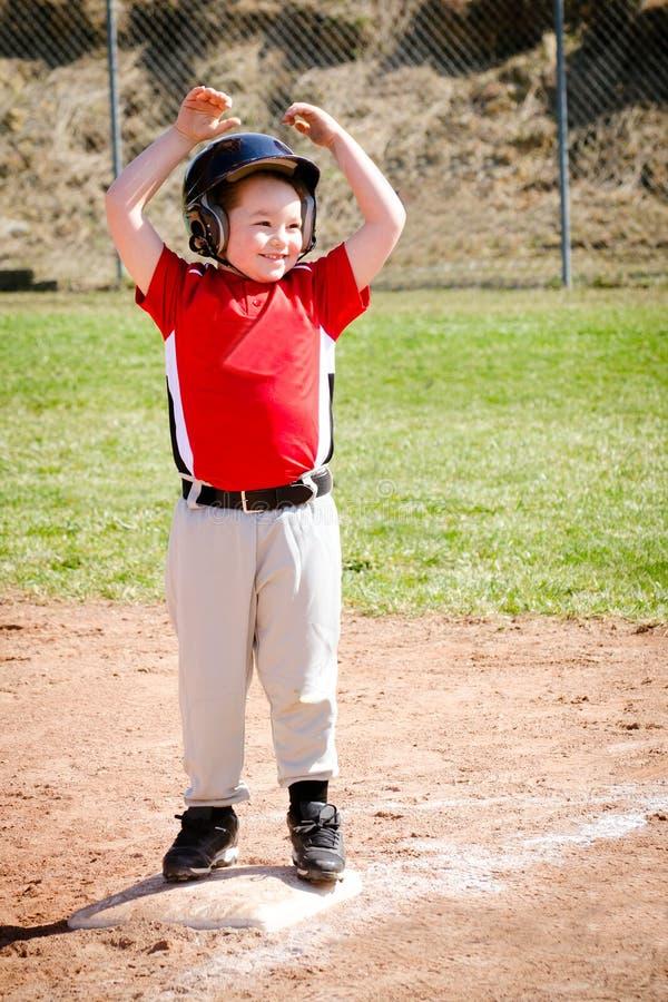 Ребенок играя бейсбол стоковое фото
