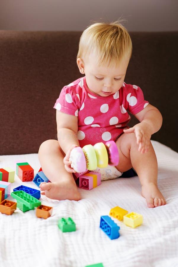 Ребенок играя блоки стоковое фото rf