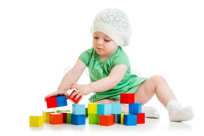 Ребенок играя блоки игрушки на белой предпосылке стоковое изображение rf