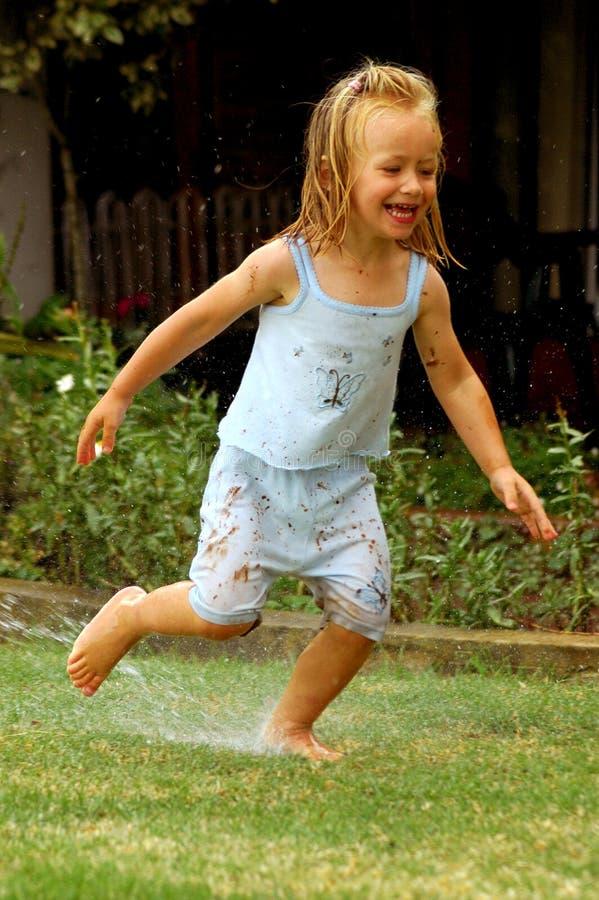 ребенок играя воду стоковая фотография