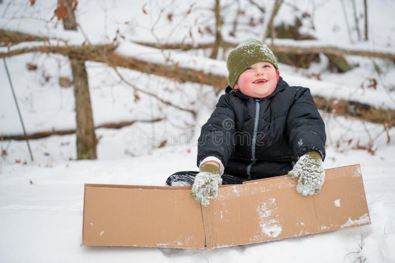 Ребенок играя в снеге стоковая фотография