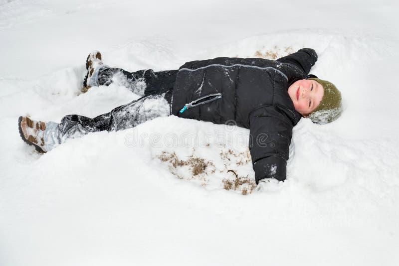 Ребенок играя в снеге стоковые фото