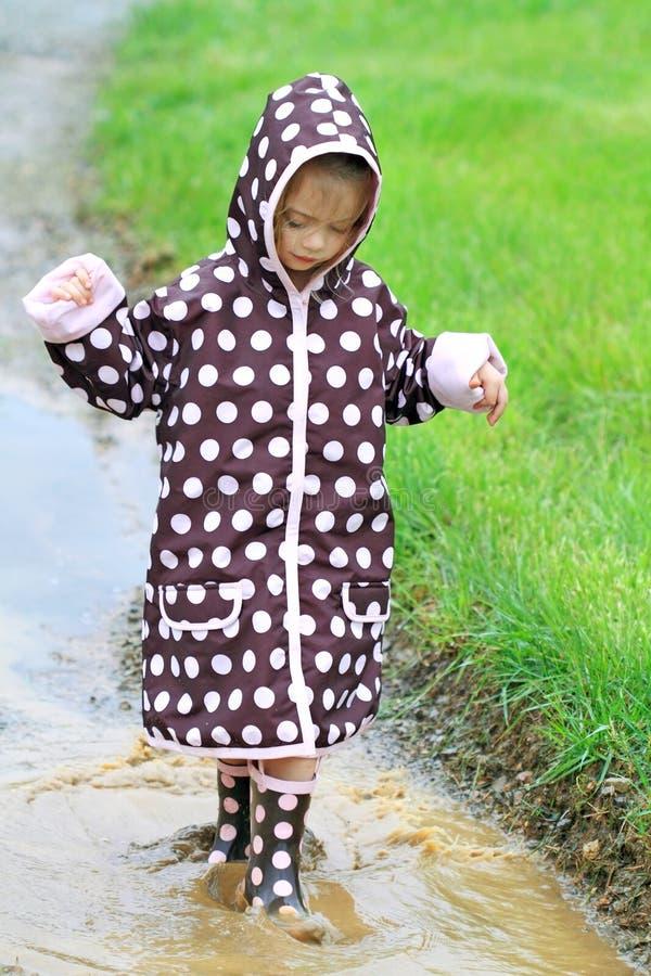 ребенок играя дождь стоковые фотографии rf