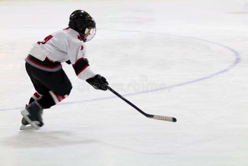 Ребенок играя небольшой хоккей стоковая фотография rf