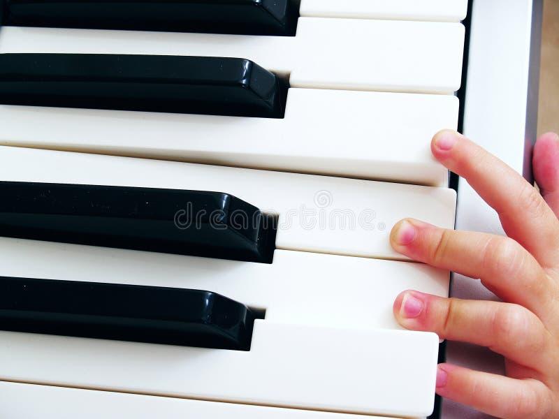 Ребенок играя рояль стоковые изображения