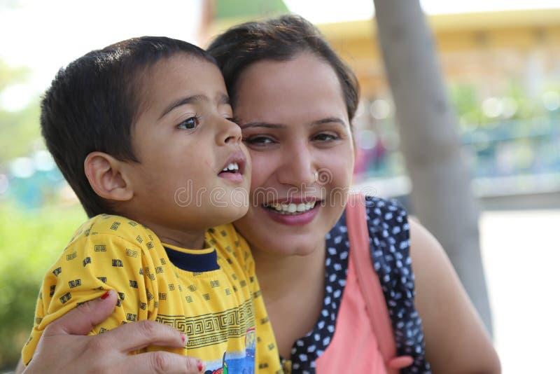 Ребенок играя с его матерью стоковая фотография