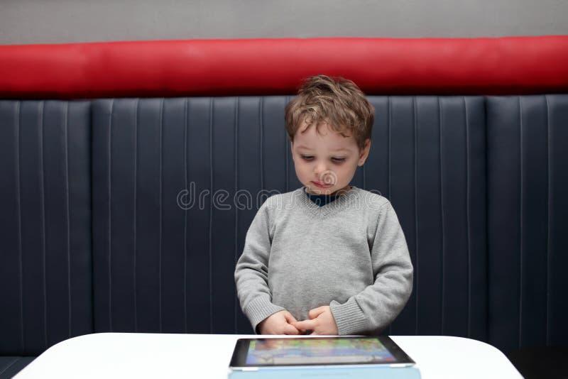 Download Ребенок играя с ПК таблетки Стоковое Фото - изображение насчитывающей дисплей, современно: 41659606
