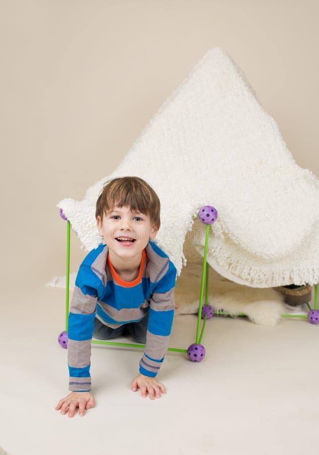 Ребенок играя с шатром, фортом стоковое фото
