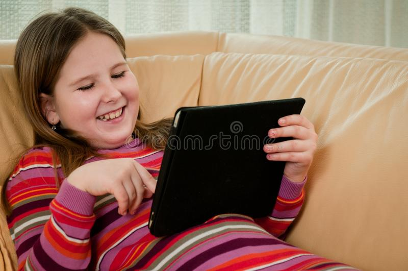 ребенок играя таблетку стоковые фотографии rf