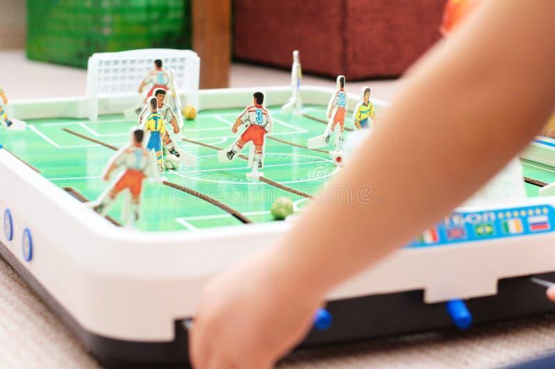 Ребенок играя футбол таблицы стоковая фотография rf