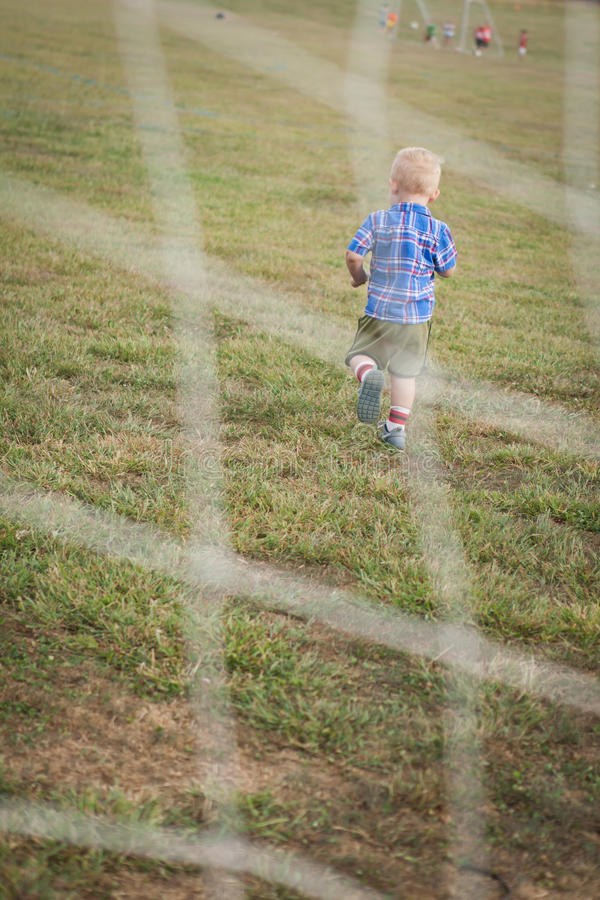 ребенок играя футбол стоковое изображение rf